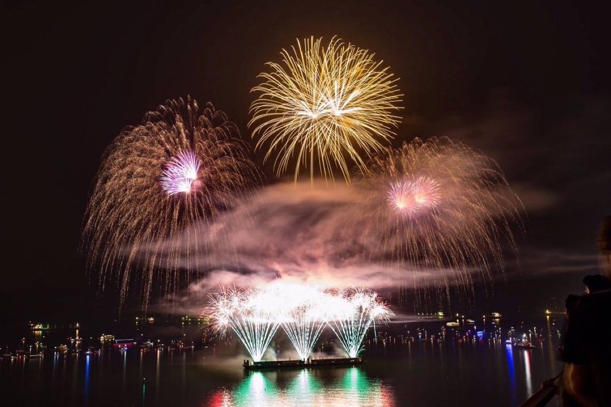 Video Uk Lights Up The Sky For Celebration Of Light